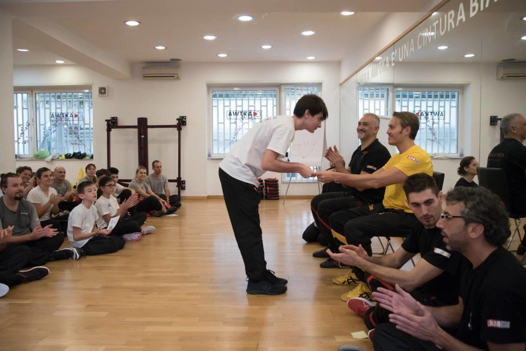consegna-diploma-difesa-personale-ragazzi-napoli-accademia-wing-chun-kung-fu