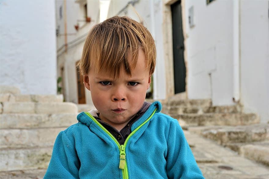 tuo-figlio-ti-sfida-bambino-arrabbiato-autocontrollo